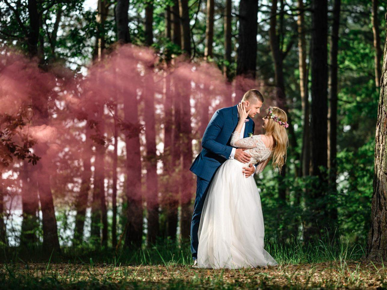 Przytulona do siebie Para Młoda na sesji ślubnej w lesie